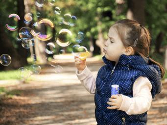 Obrázek dítěte s bublifukem